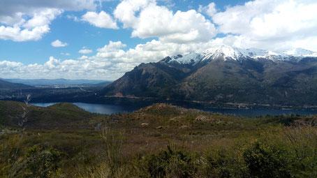 Vue sur le grand lac Gutierrez avec une montagne enneigée derrière. le ciel est bleu et il y a quelques nuages blancs