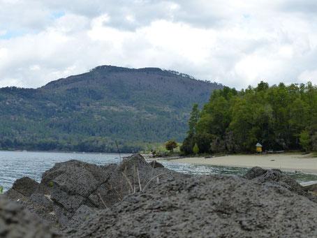 Playa Blanca, on voit bien la roche volcanique qui compose le sol des environs :)