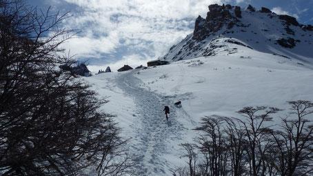 J'entame la dernière montée dans la neige menant au refuge en compagnie de Filo le chien