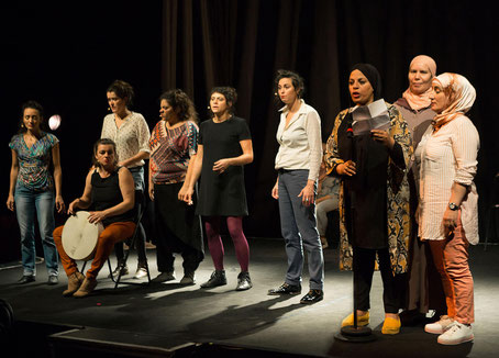 Le groupe vocal Les Goules Poly lors de leur spectacle Sur La Place au Rocher de Palmer à Bordeaux accompagnées par les femmes du CSC La Colline de Cenon