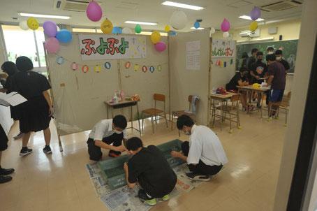 各教室では模擬店があり、最優秀賞を獲った「夜店」の様子(1年生クラス)