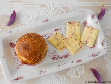 Laugenbrötchen mit Hibiskus-Rosmarin-Butter