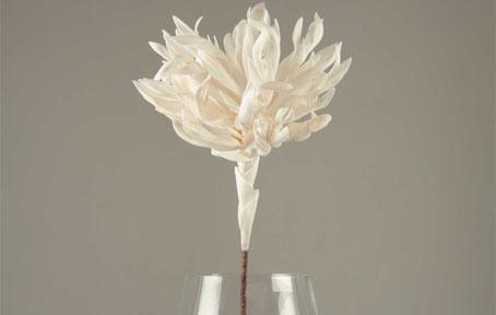 Flor artificial de color blanca y tallo marrón de polietileno