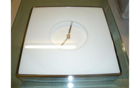 Reloj de pared cuadrado de cristal y de color blanco