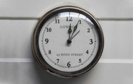 Reloj de pared plateado con imán