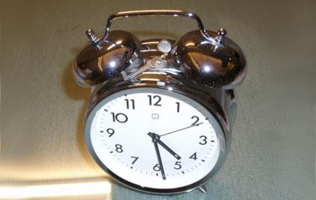 Reloj despertador clásico de esfera blanca y exterior plateado