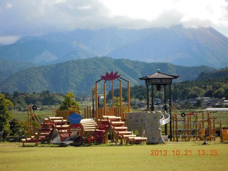 すばらしい子供用遊具、周りは芝が貼られ最高