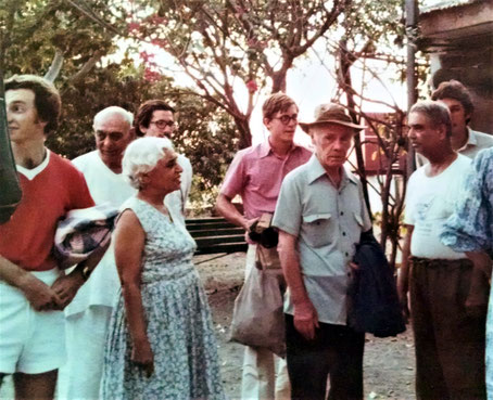 Francis speaking with Eruch Jessawala, Dr. Goher looking on and Pendu behind her. Steve Kleiner (far left )