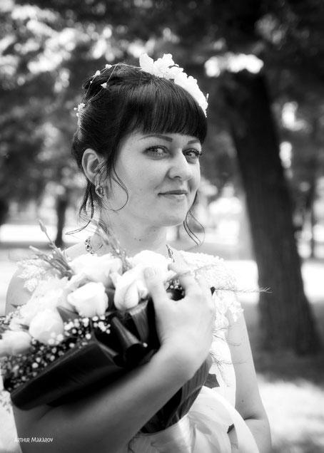 Лукавый взгляд невесты на свадебном портрете