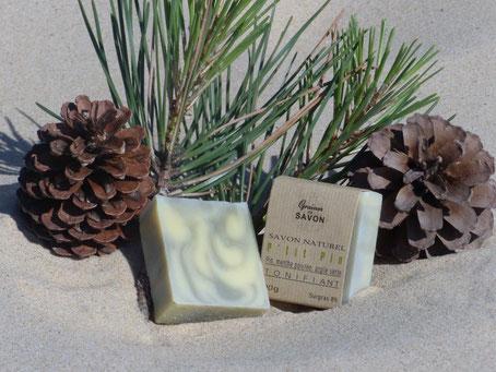 Idéal pour peaux mixtes. Parfumé aux l'huiles essentielles de pin et de menthe poivrée, il est tonifiant.