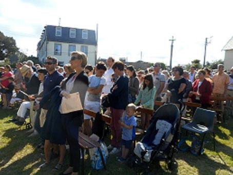 3-... la foule était nombreuse, assise sur les bancs ou directement sur l'herbe,  à reprendre les chants avec conviction et enthousiasme.