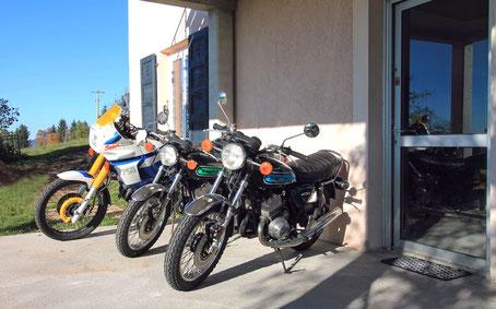 Pour un bon hébergement motard, la terrasse du Gite de Giron peut fait office de parking couvert pour les motos, on peut  voir deux Kawasaki 400 S3 et une Yamaha Super Ténéré 750