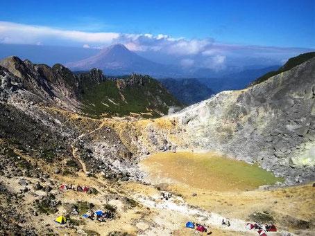 Trekking naar de actieve Sibayak vulkaan bij Berastagi op Sumatra