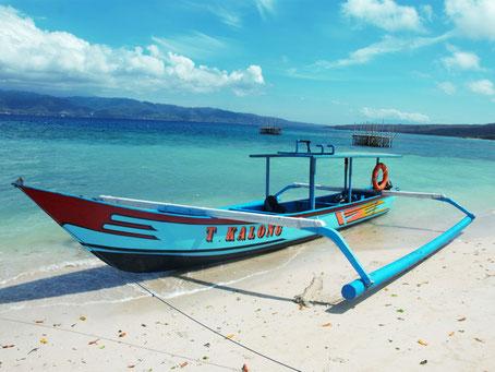Boot in turquoise blauwe zee nabij Bali Barat nationale park