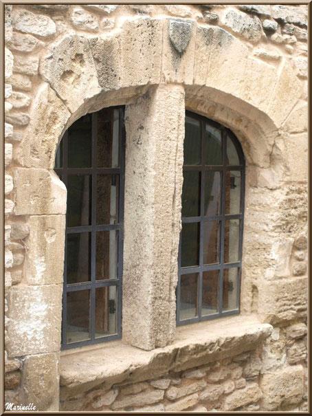 Fenêtre ancienne au gré d'une ruelle - Goult, Lubéron - Vaucluse (84)
