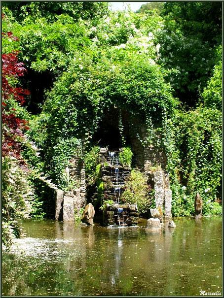 La Cascade et son Petit Etang entre le Grand Etang et la Grotte Italienne - Les Jardins du Kerdalo à Trédarzec, Côtes d'Armor (22)