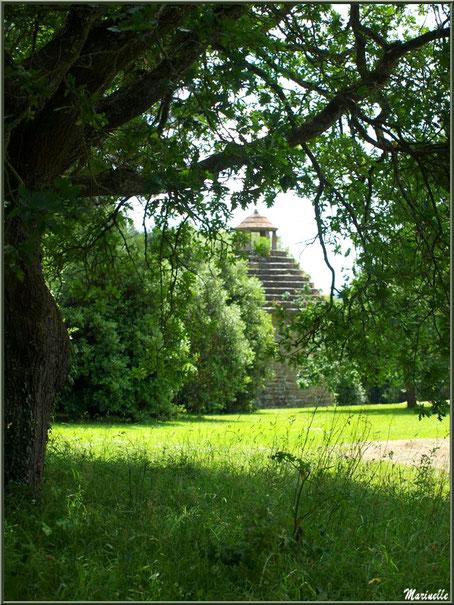 Le Pigeonnier (vu depuis l'allée après le portail d'entrée) - Les Jardins du Kerdalo à Trédarzec, Côtes d'Armor (22)