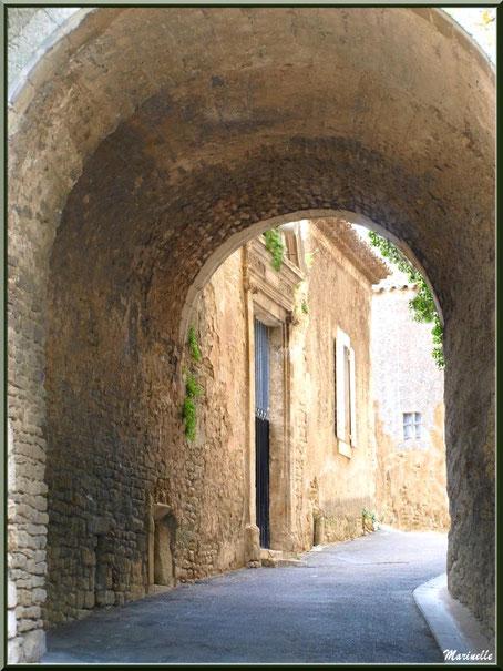 Un porche sur ruelle - Goult, Lubéron - Vaucluse (84)