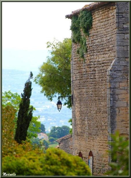 Vue panoramique sur la campagne environnante depuis la route longean la Chapelle des Hommes à Goult, Lubéron - Vaucluse (84)