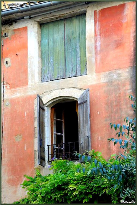 Maison ancienne à côté de l'ancien Bureau de Poste - Goult, Lubéron - Vaucluse (84)