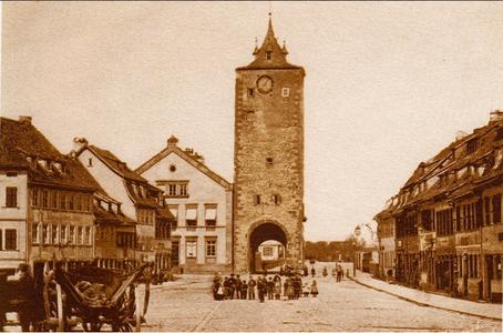 Der Turm am Obertor wurde 1872 abgebrochen, links daneben Kornmarkt 17 mit Vorgängerhaus.