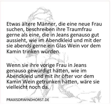 Traumfrau in Jeans und Abendkleid vor dem Kamin (Ariane@Praxisdrwindhorst.de)