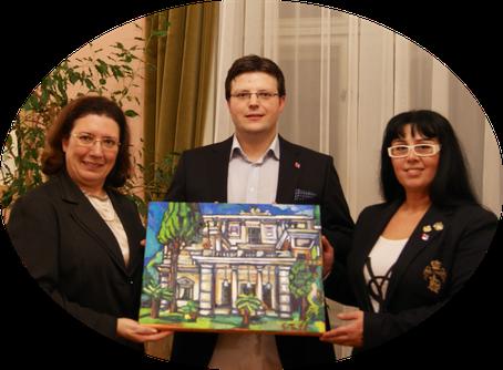 """Empfang in der griechischen Botschaftsresidenz zu Wien. Überreichung des Gemäldes """"Achilleion auf Korfu"""" an Ihre Exzellenz, die Botschafterin der Hellenischen Republik, Frau Chryssoula Aliferi"""