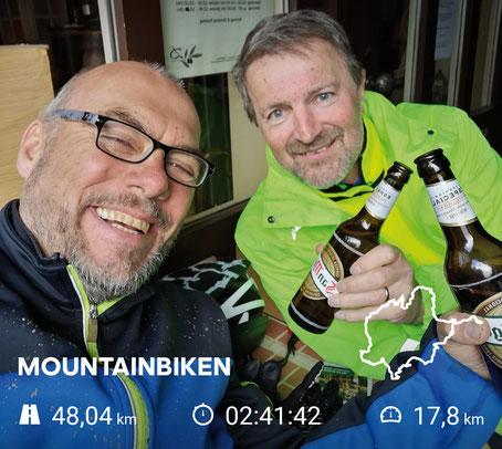 Nach fast 50 km gab es einen Energie-Drink im Descanso. Lieber einen spanischen Heiligen, als einen österreichischen, roten Bullen – wir könne auch ohne Flügel fliegen! ;- ) (Foto: O. M. Kaptein)
