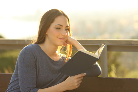 Junge Frau liest in der Bibel