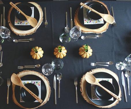 Pi mal Butter Mädchenvöllerei Food Blog Tischdeko Herbst Kochlöffel Holzscheibe gedeckter Tisch