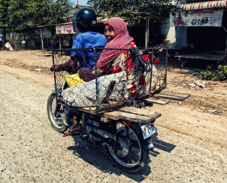 Femme en cage mobile