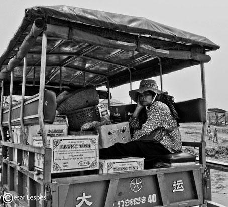 Femme qui s'ennuie à l'arrière du camion