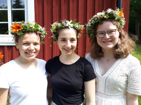 Pauline, Madeleine und Friederike (v.l.) bei ihrer Midsommar-Feier