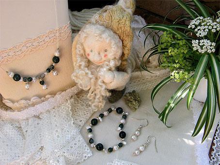 Brigitte Helbig, Herz-und-Hand-Shop: liebevoll gefertigte Edelsteinketten, handgenähte romantische Kleidung, Unikate Stegen bei Freiburg