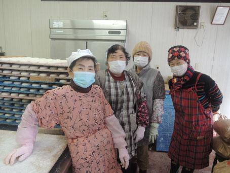 餅工場のパワフルオーナーGさん・先輩の方々と記念撮影^_^V外は雪景色!