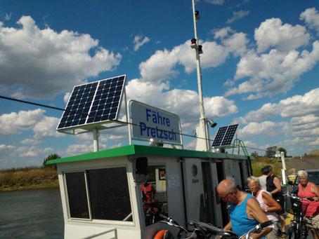 Solarmodule von Solara zur Stromversorgung einer Fähre über die Elbe. Mit den Solarmodulen und Laderegler wird die Batterie der Solarfähre geladen, damit der Elektromotor stets betrieben werden kann. Eine vollkommen autarke Solarstromversorgung für die Fä