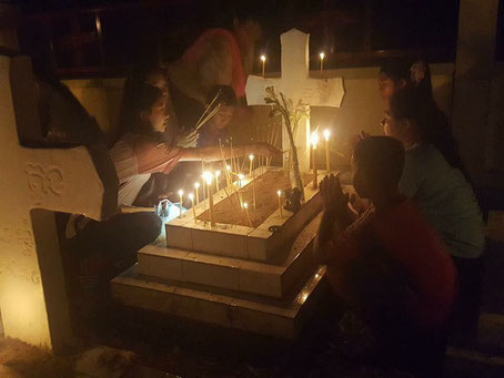 A Chamnom, le 19 septembre dernier, les fidèles prient sur les tombes de leurs ancêtres. (Facebook/Catholic Church in Cambodia)