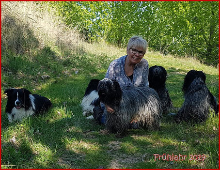 Hier sieht man die Zuechterin Elfi Herrenbrueck mit ihren  Hunden