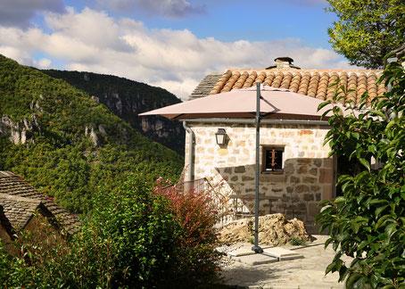 vacances-a-deux-gite-de-charme-d'-exception-en-aveyron-le-colombier-saint-veran-piscine-privee-vue-panoramique-sur-le-causse-du-larzac-pnr-des-grands-causses-tourisme-occitanie