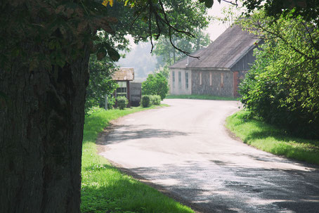 Foto: Roman Drits, Barnimages (verlassene ländliche Dorfstraße)
