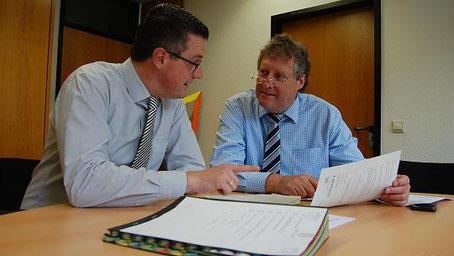 Bürgermeister Tim Grüttemeier (l.) und der Landtagsabgeordnete Axel Wirtz (r.) durchforsten schon heute die Pläne der Zukunft. Foto: lbe