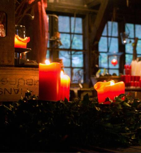 Bild: stimmungsvoller Weihnachtsmarkt mit Kerzenschein im Freilichtmuseum am Kiekeberg