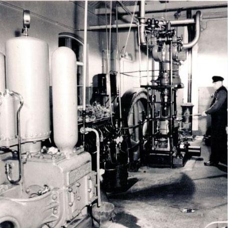 Clas Johan Andersson, der Großvater des Hauptautors, bedient den ersten schwedischen Dieselmotor.