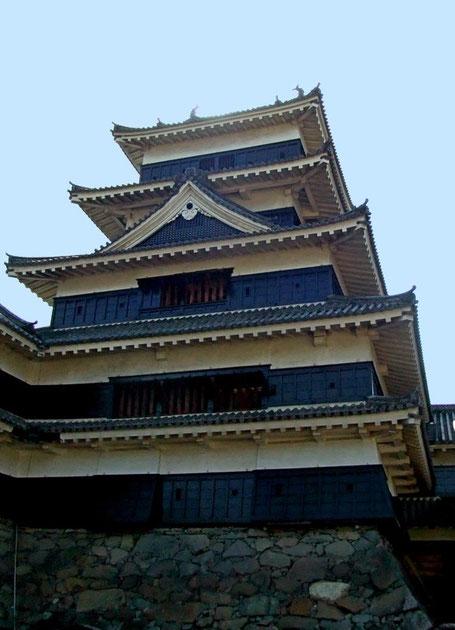 Le tenshu vu depuis l'entrée prinicipale