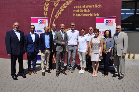 Vertreter des Handwerkersommers mit Staatsminister Wintermeyer (5. v. li.) und dem Ehepaar Happ (Mitte).  Foto: © Hessische Staatskanzlei