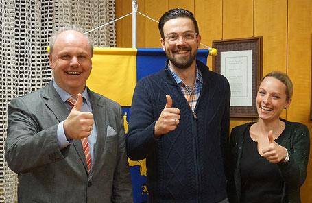 Daumen hoch für die Lautstube: Waldstettens Bürgermeister Michael Rembold (links) hat Timo und Michaela Lämmerhirt im Rathaus der Gemeinde empfangen.