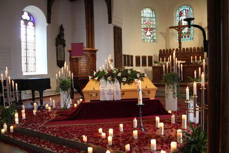 Kirchendekoration und Blumenschmuck bei Beerdigung