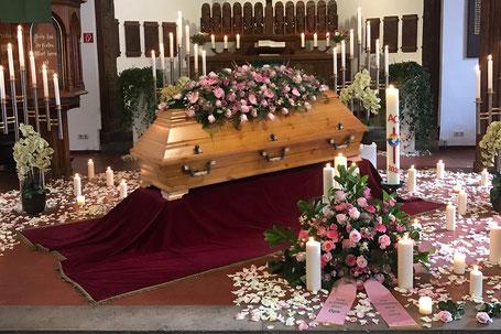 Geschmückte Kirche und Sarg bei Trauerfeier