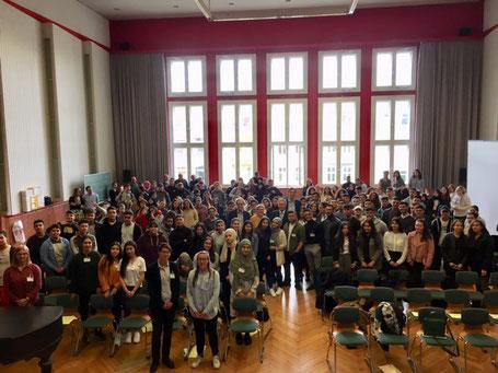 Die Schulgemeinschaft des Ernst-Abbe-Gymnasiums mit Altbundespräsident Christian Wulff (mittig)