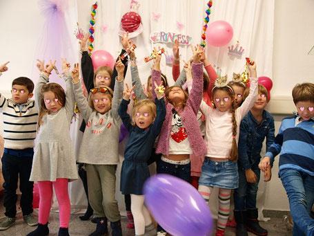 Mädchen beim Fotoshooting Kindergeburtstag Düsseldorf Prinzessinnen